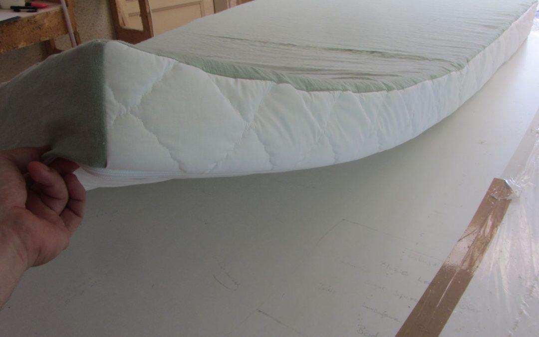 Kétoldalas külső matrachuzat erős vászon és steppelt, kevert szálas (pamut és poliészter) szövet, lecipzározható, mosható